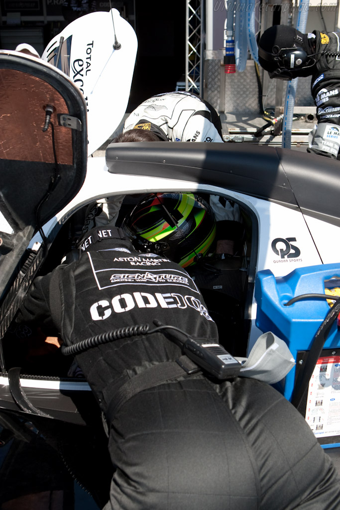 Getting strapped in - Chassis: B0960-HU03S   - 2010 Le Mans Series Castellet 8 Hours