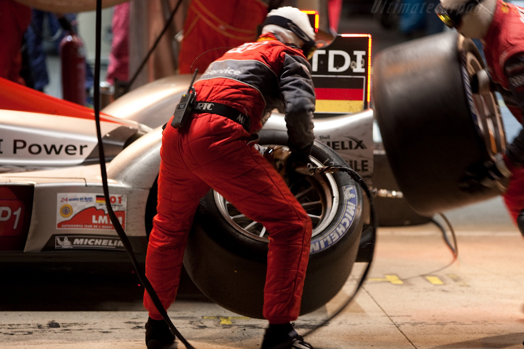Audi and Peugeot pit-routine similar - Chassis: 105   - 2009 24 Hours of Le Mans