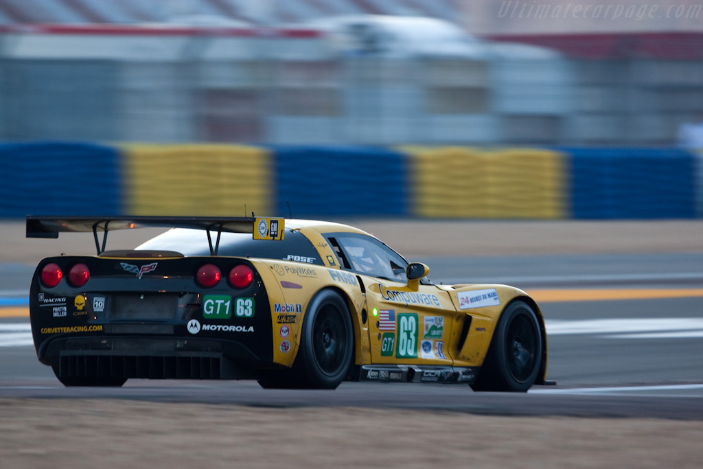 Corvette entering the pit - Chassis: 007   - 2009 24 Hours of Le Mans