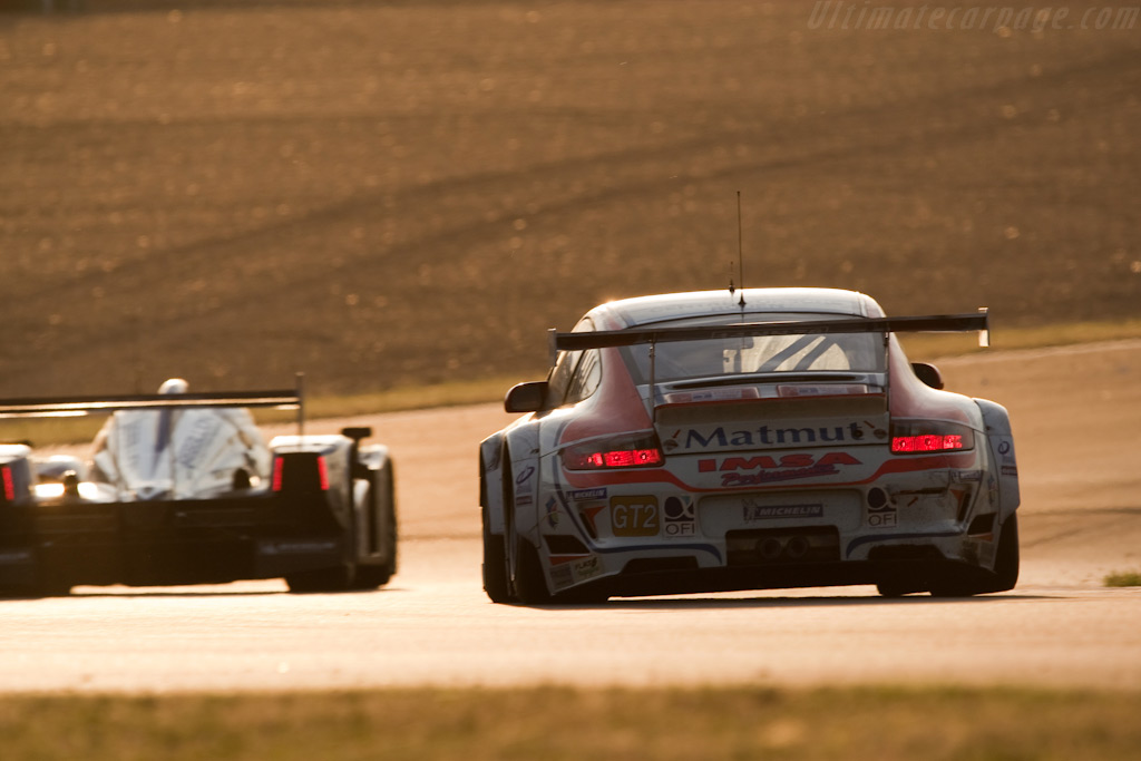 Lifting the tires - Chassis: WP0ZZZ99Z9S799916   - 2009 24 Hours of Le Mans
