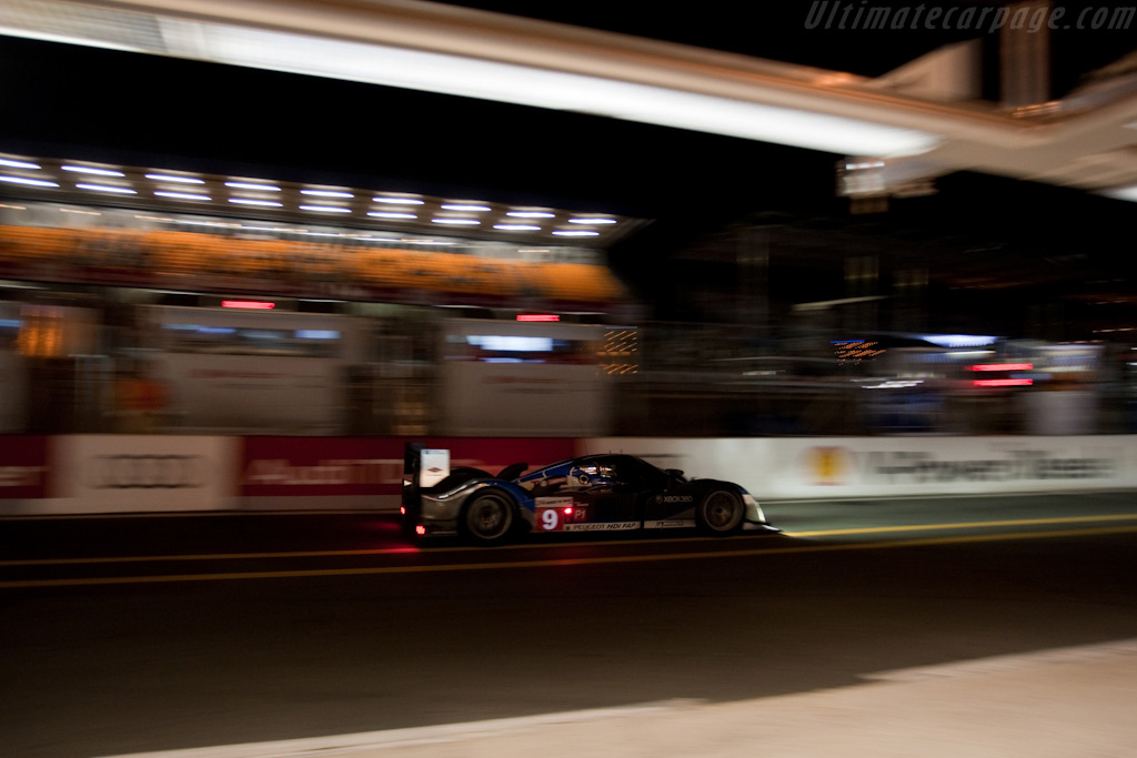 Peugeot's rushing past the Audi pits - Chassis: 908-06   - 2009 24 Hours of Le Mans