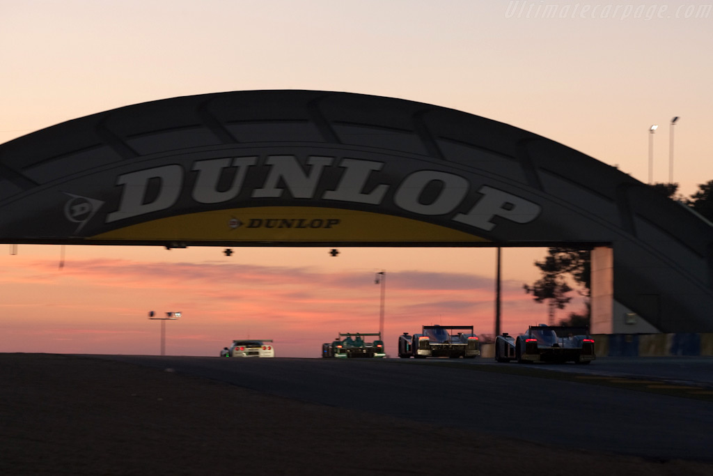 Sun rising over the Dunlop bridge - Chassis: B0960-HU01S   - 2009 24 Hours of Le Mans