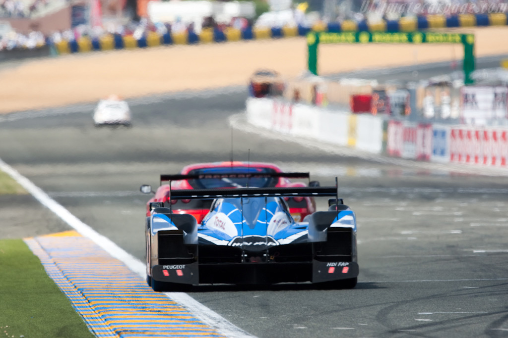 The safety car awaits the leader - Chassis: 908-06   - 2009 24 Hours of Le Mans