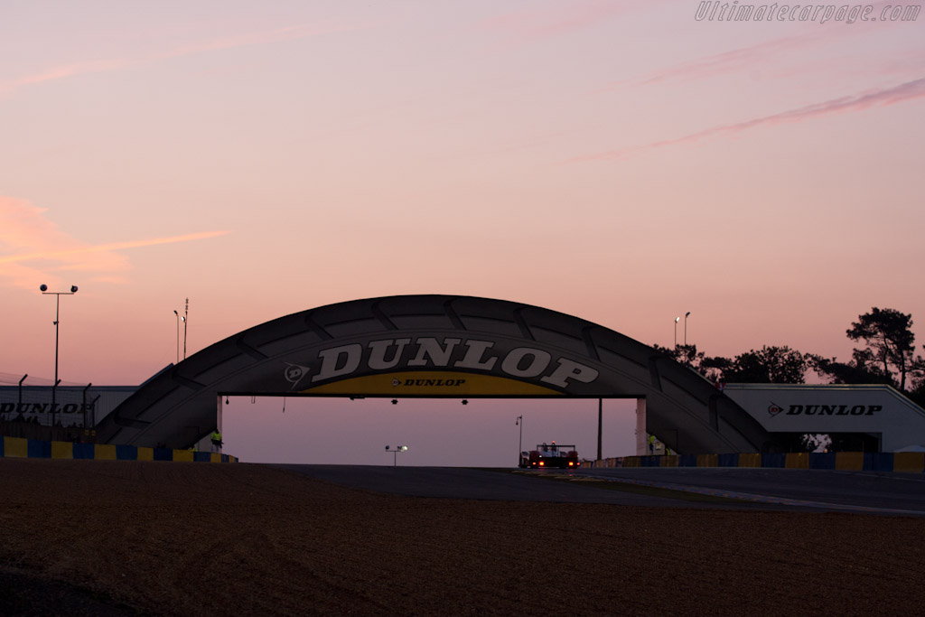Dawn over the Dunlop bridge - Chassis: SR9005   - 2010 24 Hours of Le Mans
