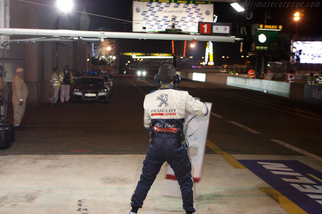 Peugeot Pit    - 2010 24 Hours of Le Mans