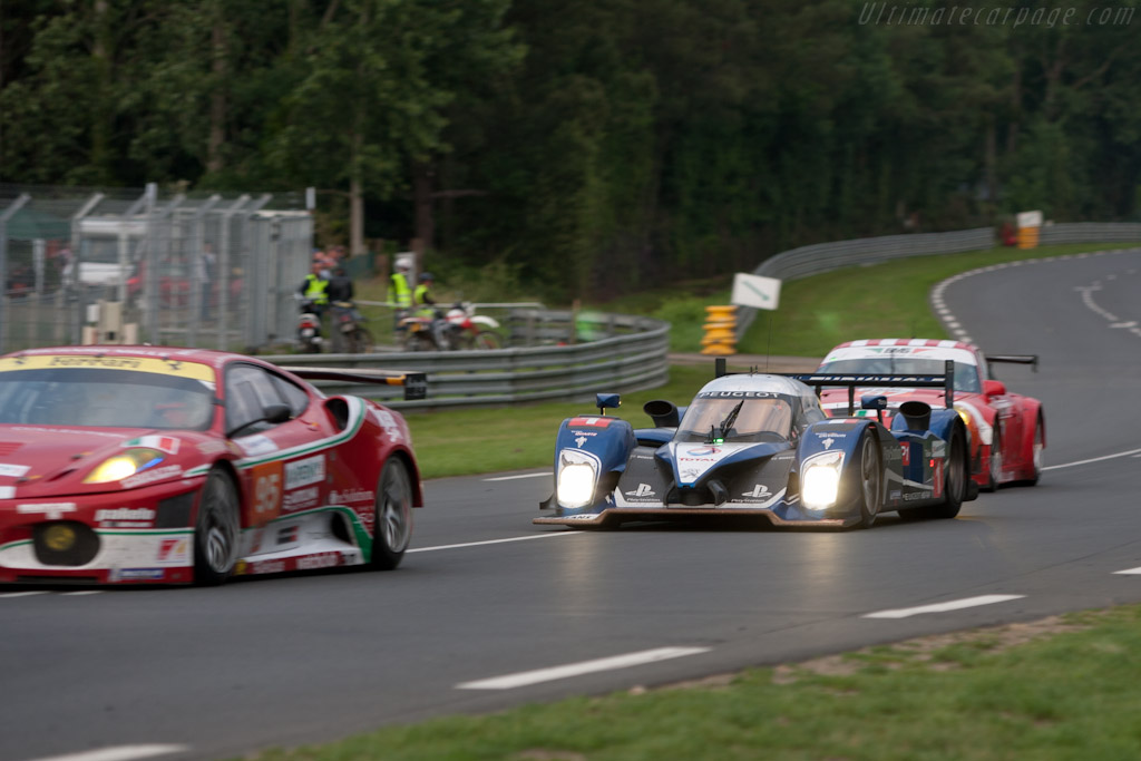 Peugeot in traffic - Chassis: 908-09  - 2010 24 Hours of Le Mans