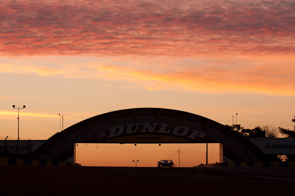 Dawn over the Dunlop bridge - Chassis: 908-10   - 2011 24 Hours of Le Mans