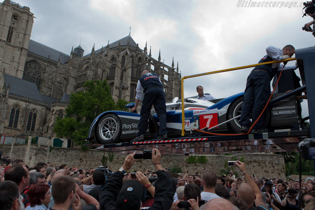 Peugeot arriving - Chassis: 908-04  - 2011 24 Hours of Le Mans