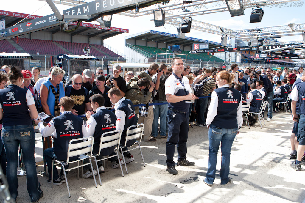 Peugeot autograph session    - 2011 24 Hours of Le Mans