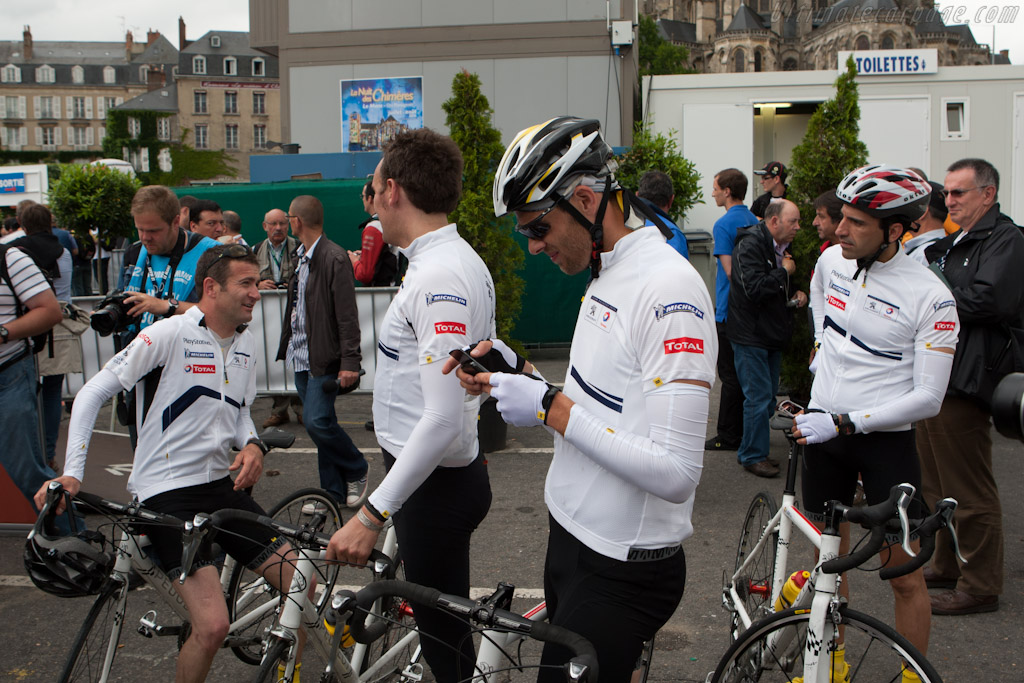 Peugeot drivers arrive on bikes from Chartres    - 2011 24 Hours of Le Mans