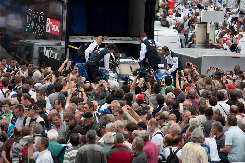 Peugeot swamped by the crowd - Chassis: 908-05   - 2011 24 Hours of Le Mans