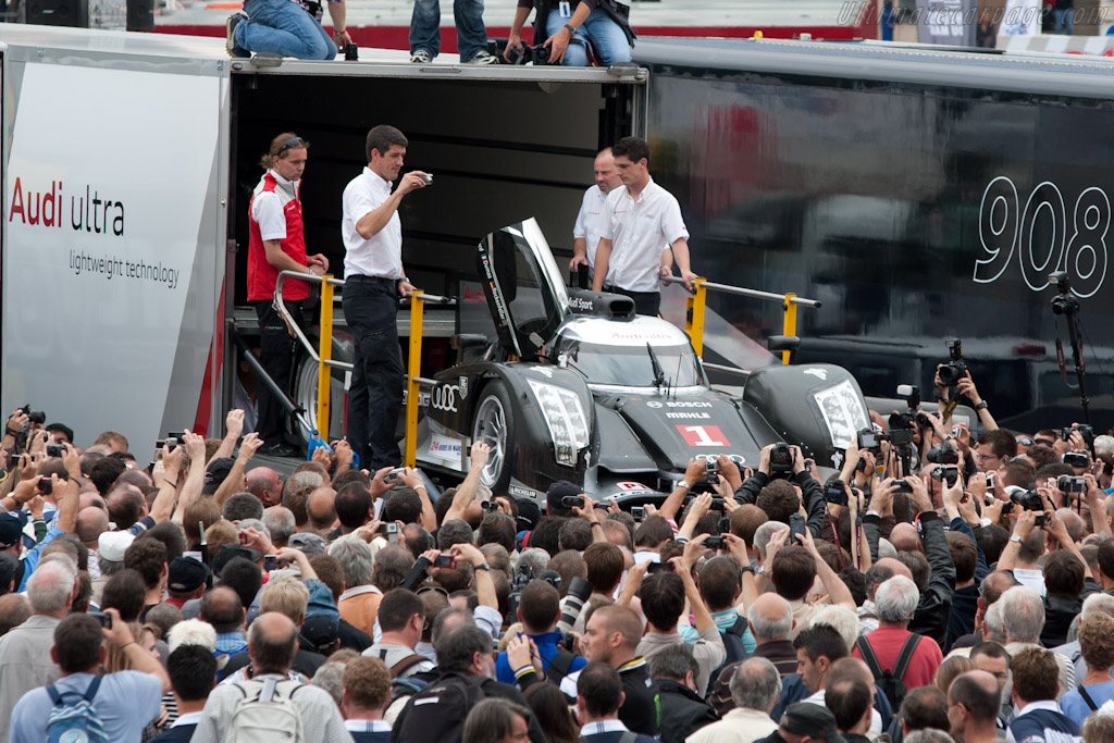 R18 in the crowd - Chassis: 104   - 2011 24 Hours of Le Mans