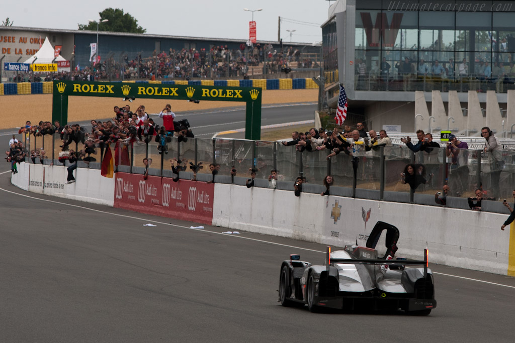 Saluting the team - Chassis: 106   - 2011 24 Hours of Le Mans