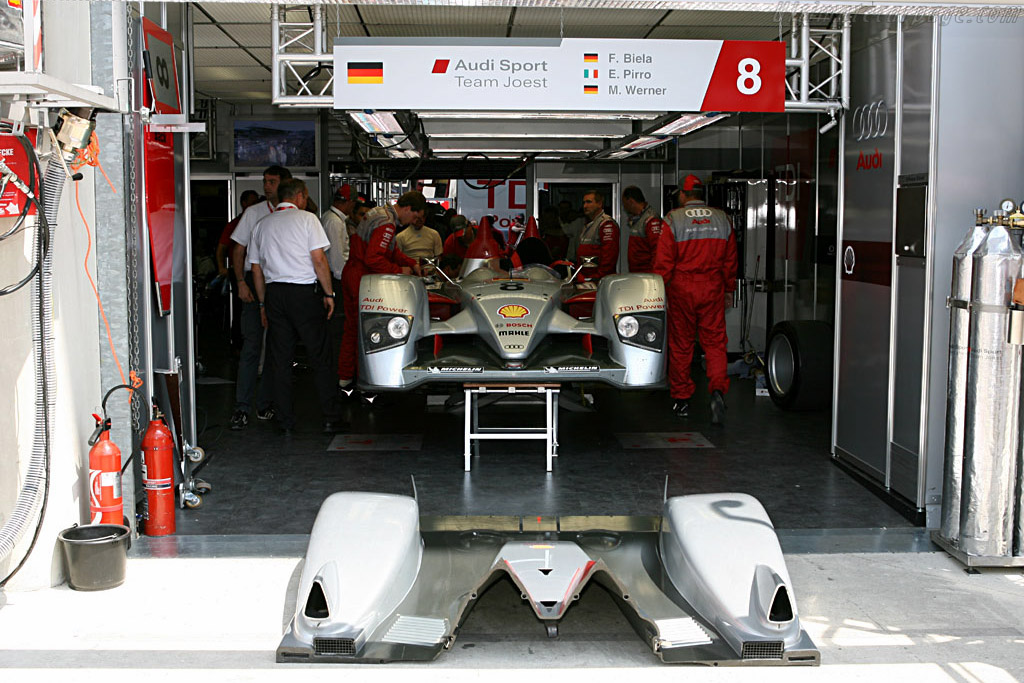 Last minute problems - Chassis: 102 - Entrant: Audi Sport Team Joest  - 2006 24 Hours of Le Mans