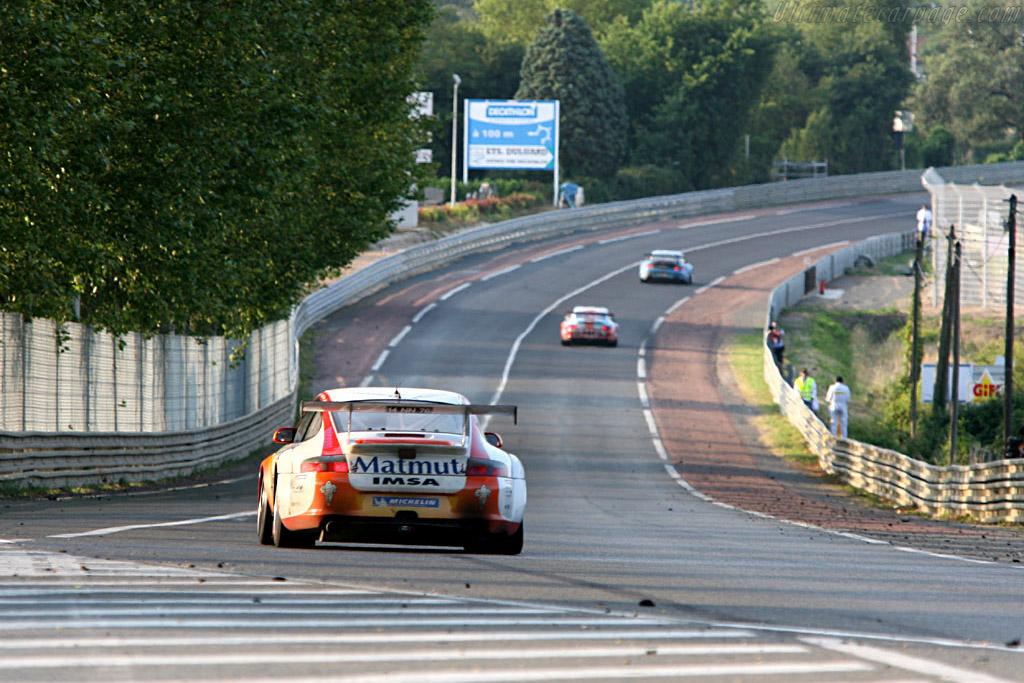 Porsches into Mulsanne - Chassis: WP0ZZZ99Z4S693066 - Entrant: IMSA Performance Matmut  - 2006 24 Hours of Le Mans