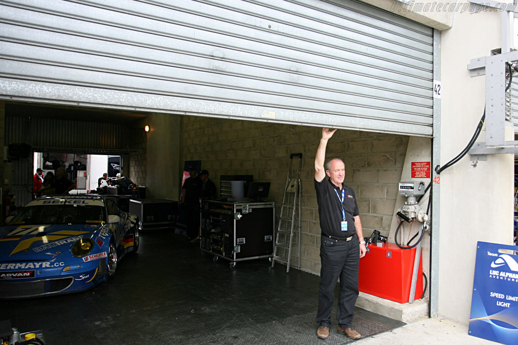 Peter Seikel pulls down the garage door for the last time - Chassis: WP0ZZZ99Z7S799937 - Entrant: Team Felbermayr-Proton - 2007 24 Hours of Le Mans
