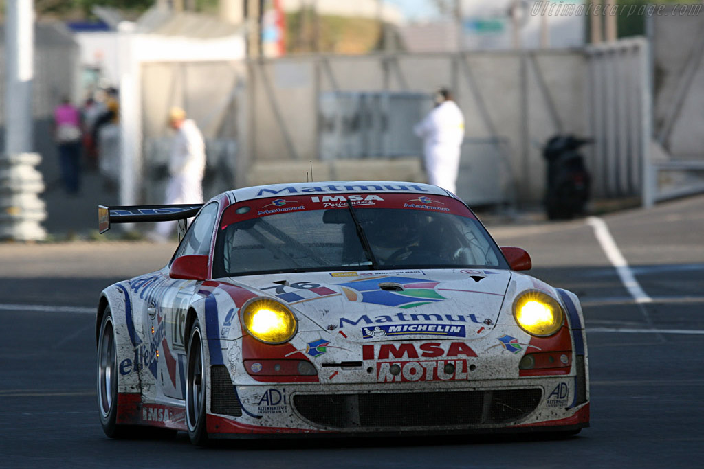 Up onto public road - Chassis: WP0ZZZ99Z7S799923 - Entrant: IMSA Performance Matmut  - 2007 24 Hours of Le Mans