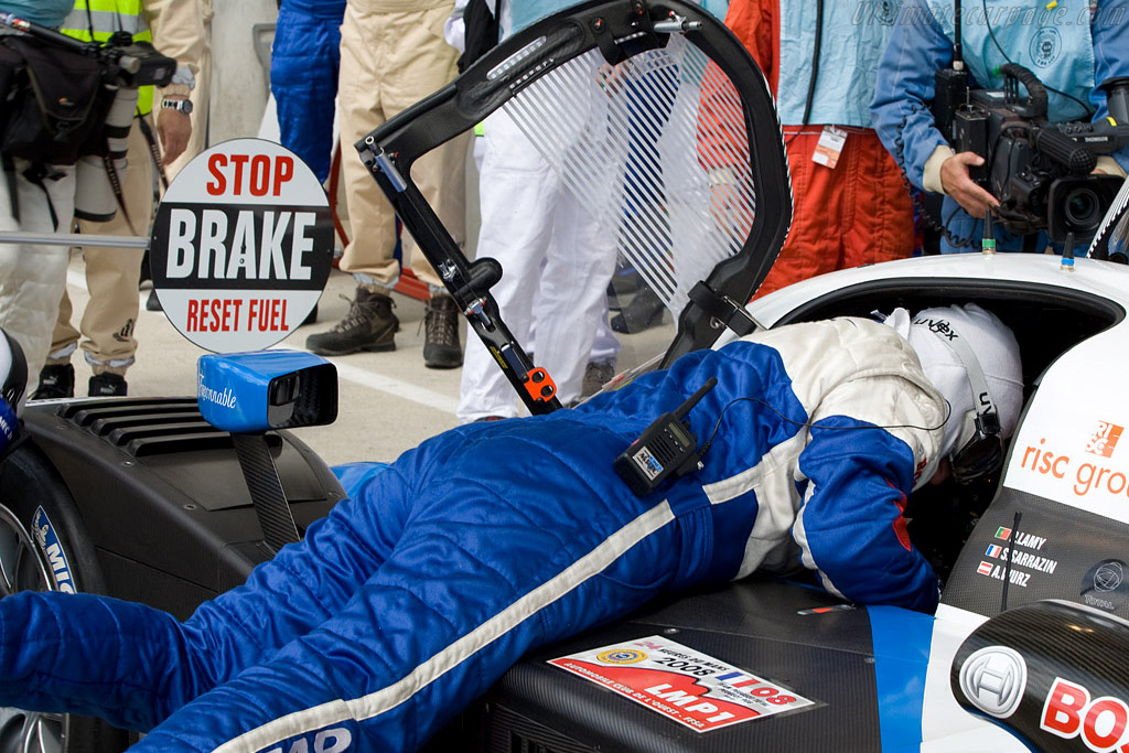 Buckling up the driver - Chassis: 908-03 - Entrant: Team Peugeot Total  - 2008 24 Hours of Le Mans