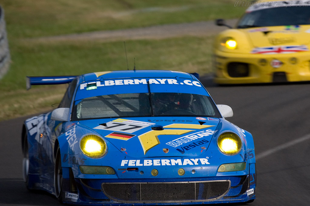 GT2 leaders nose to tail after almost five hours - Chassis: WP0ZZZ99Z8S79922 - Entrant: Team Felbermayr-Proton  - 2008 24 Hours of Le Mans