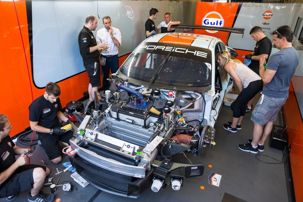 Porsche 911 RSR  - Entrant: Gulf Racing - Driver: Michael Wainwright / Benjamin Barker / Nicholas Foster  - 2017 24 Hours of Le Mans