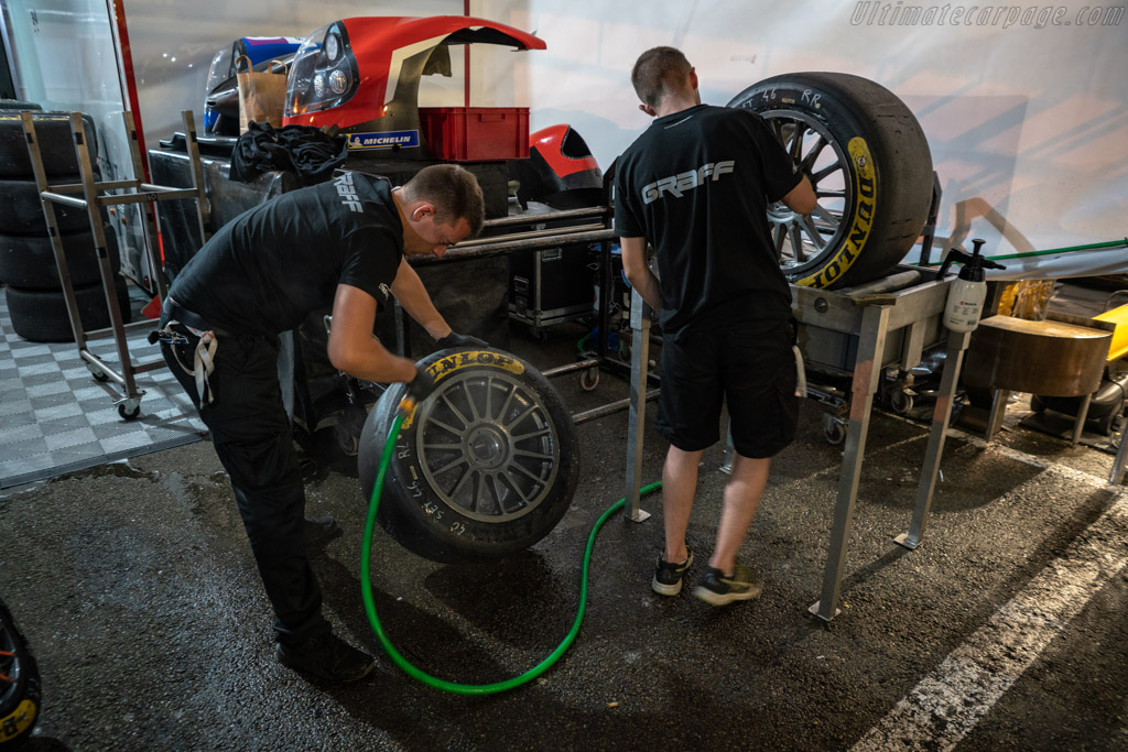 Cleaning the wheels    - 2018 24 Hours of Le Mans