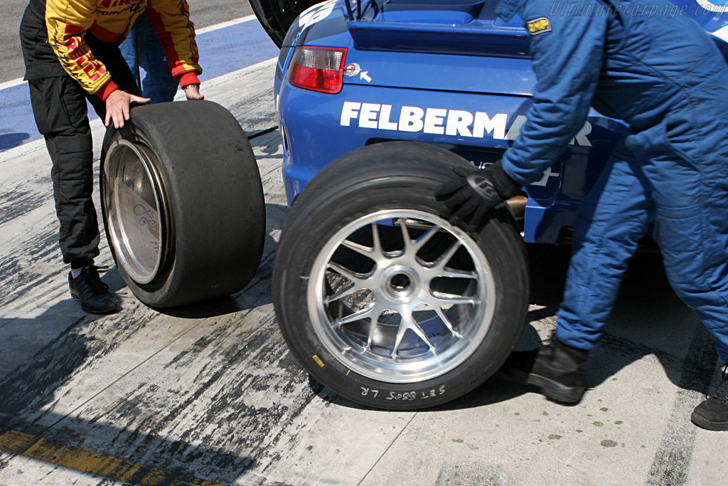 Flat tire - Chassis: WP0ZZZ99Z7S799911 - Entrant: Team Felbermayr-Proton - 2007 Le Mans Series Monza 1000 km