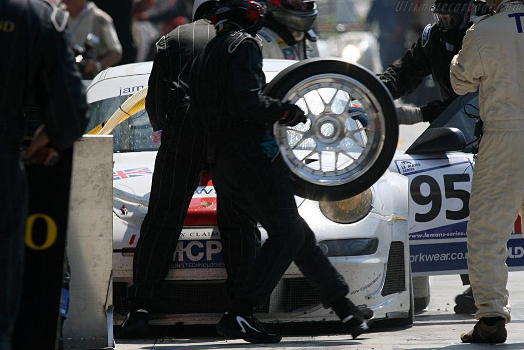 Fresh rubber - Chassis: WP0ZZZ99Z7S799932 - Entrant: James Watt Automotive  - 2007 Le Mans Series Monza 1000 km
