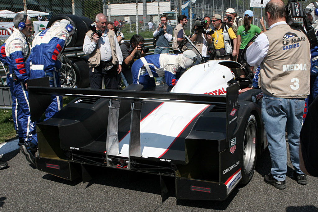 Papparazzi in action - Chassis: 908-02 - Entrant: Peugeot Sport Total  - 2007 Le Mans Series Monza 1000 km