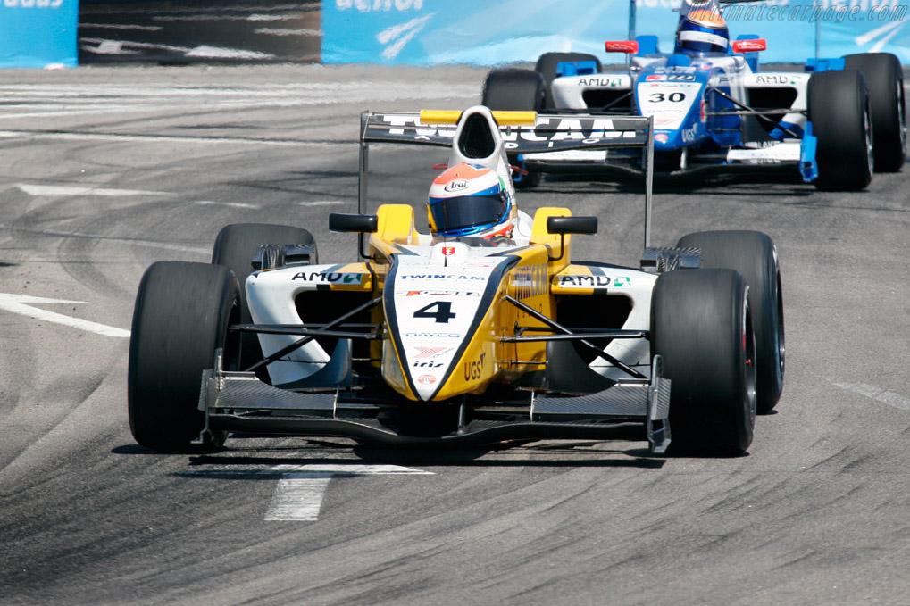 Campus Hull followed close by Muermans    - 2007 WTCC - Circuito da Boavista
