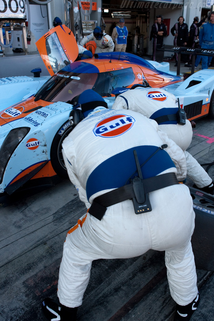 Just two mechanics at any one time - Chassis: B0960-HU01S   - 2009 Le Mans Series Nurburgring 1000 km