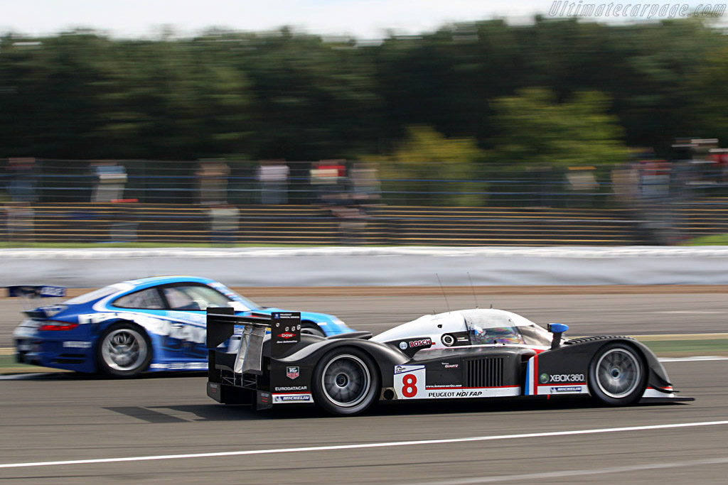 Rushing by the backmarkers - Chassis: 908-03 - Entrant: Team Peugeot Total  - 2007 Le Mans Series Silverstone 1000 km