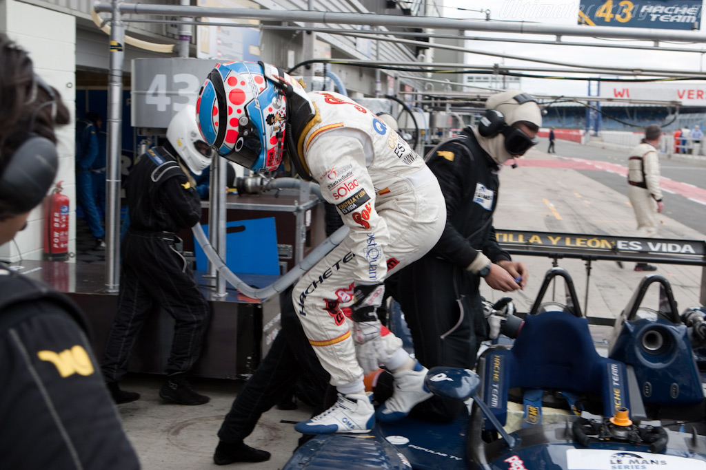 Carmen Jorda jumps out - Chassis: 165   - 2009 Le Mans Series Silverstone 1000 km
