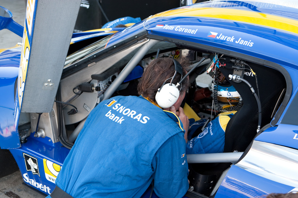 Jarek Janis receives instructions - Chassis: XL9AB01G37Z363190   - 2009 Le Mans Series Silverstone 1000 km