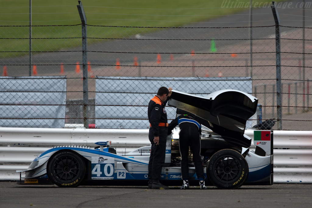Pla tries to fix his Ginetta-Zytek - Chassis: 09S-05   - 2009 Le Mans Series Silverstone 1000 km