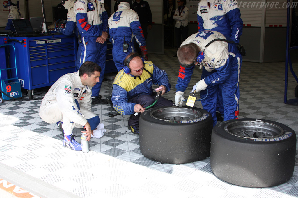 Marc Gene inspects his tires    - 2009 Le Mans Series Spa 1000 km