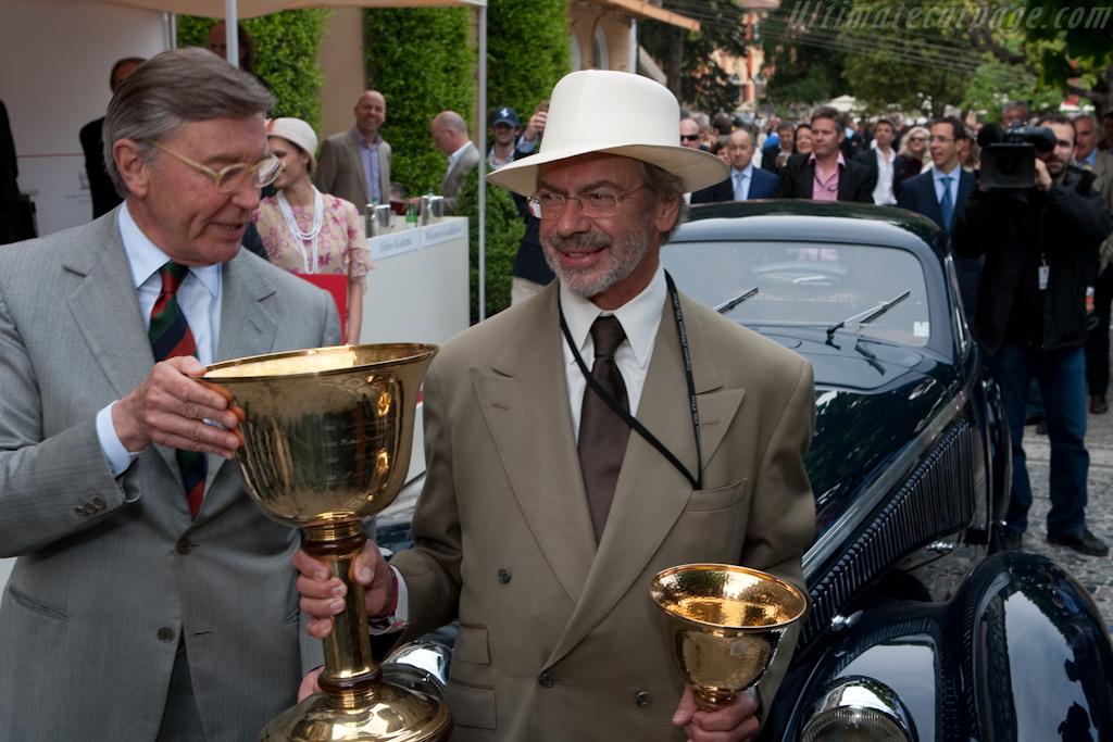 Jon Shirley with the Copa d'Oro - Chassis: 412035   - 2009 Concorso d'Eleganza Villa d'Este